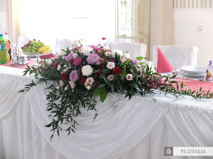 Wesele radiant orchid wianek_Dekoracja stołu prezydialnego 6